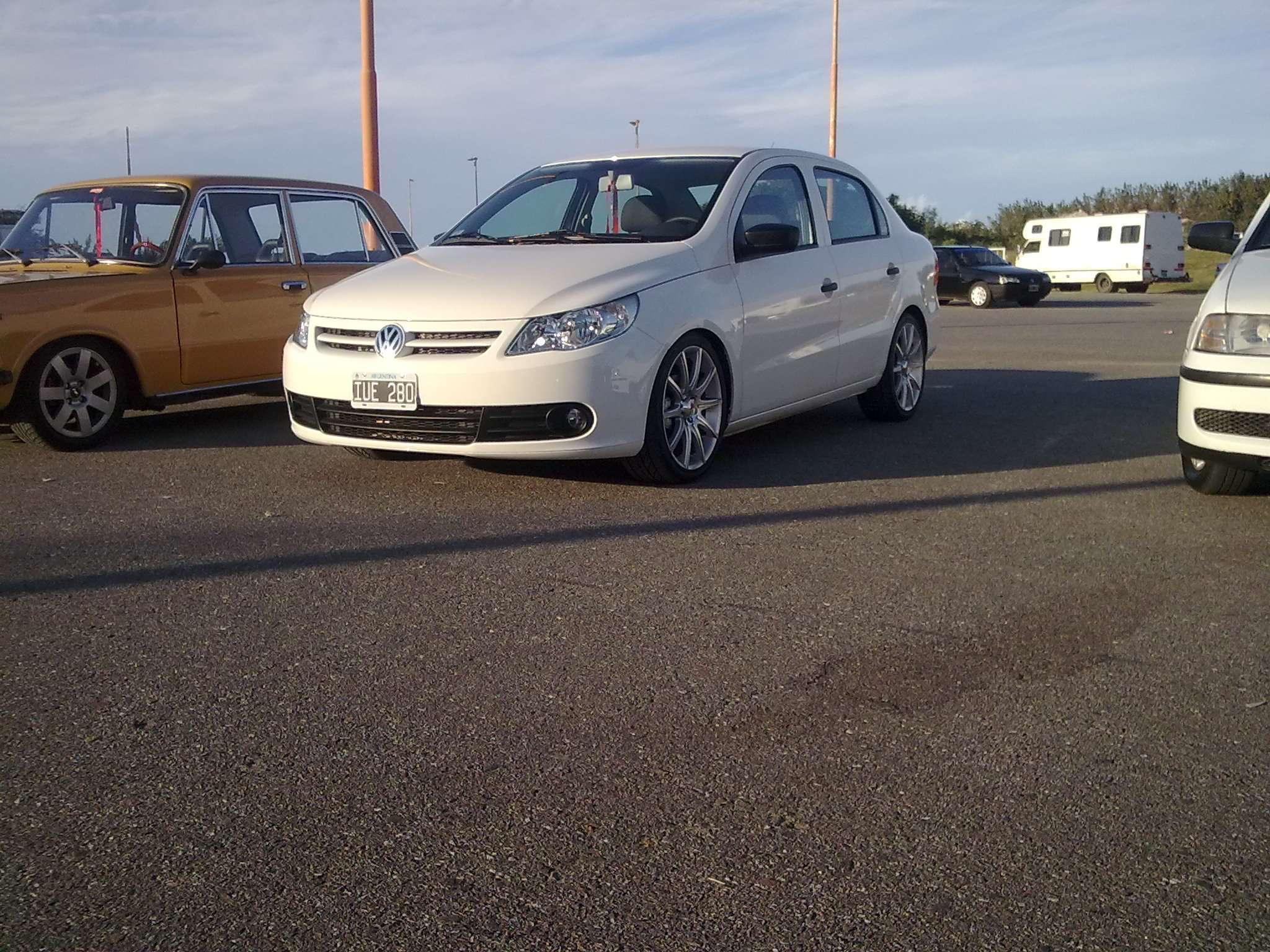 VW Voyage con Llantas Momo 17